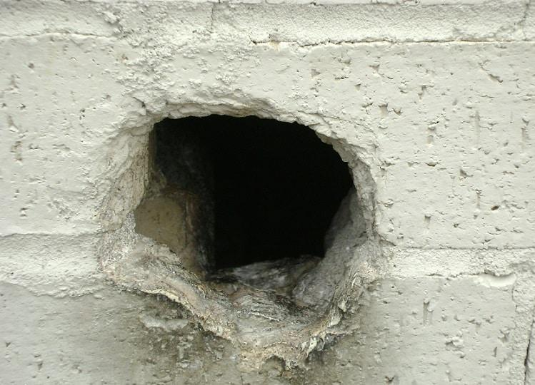Дыра в бетонной стене