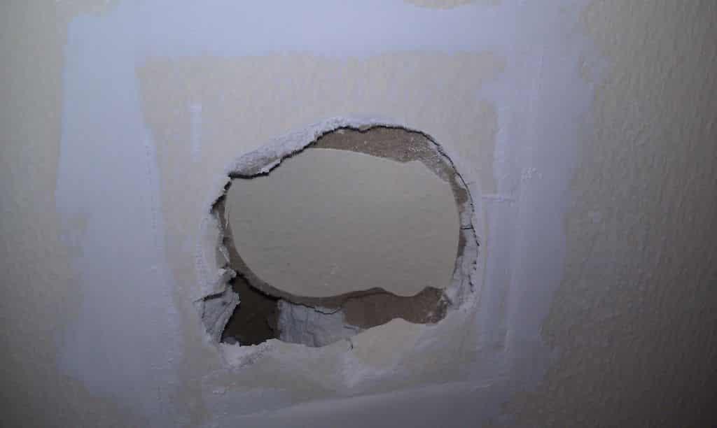 Сквозная дыра в стене