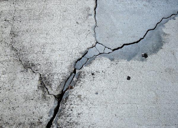 Трещины в бетоне на улице