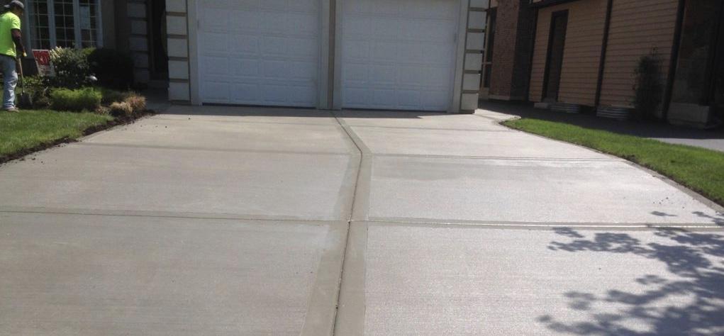 бетонная дорожка во дворе
