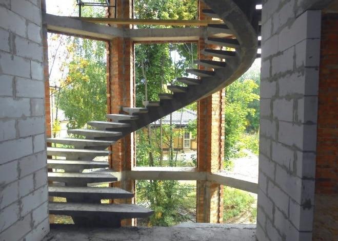 бетонная с косоурами