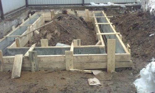 Правильная заливка фундамента под гараж обеспечивает прочность постройки