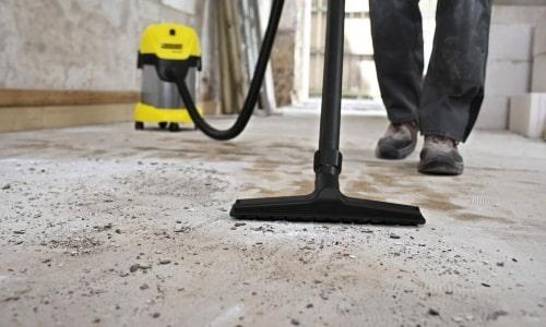 Из-за механических нагрузок от бетонного пола отделяются частицы, которые в дальнейшем образуются в бетонную пыль
