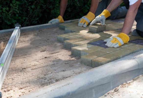 монтаж покрытия отмостки тротуарной плиткой