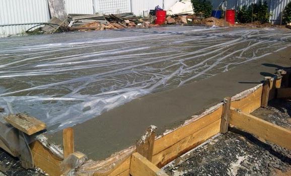 правильный уход за свежезалитым бетоном