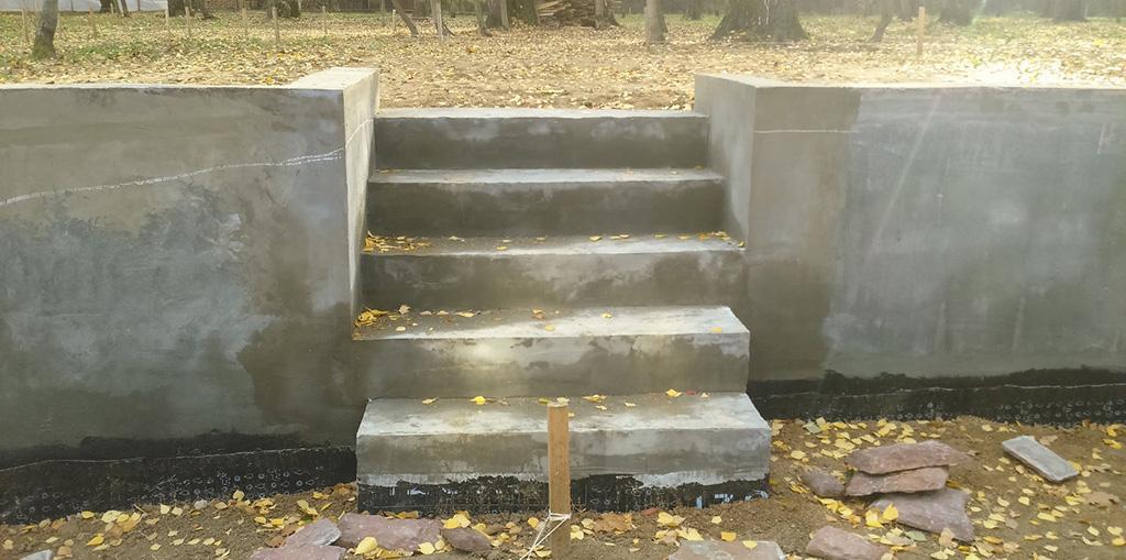 Подпорная бетонная стенка с ступеньками