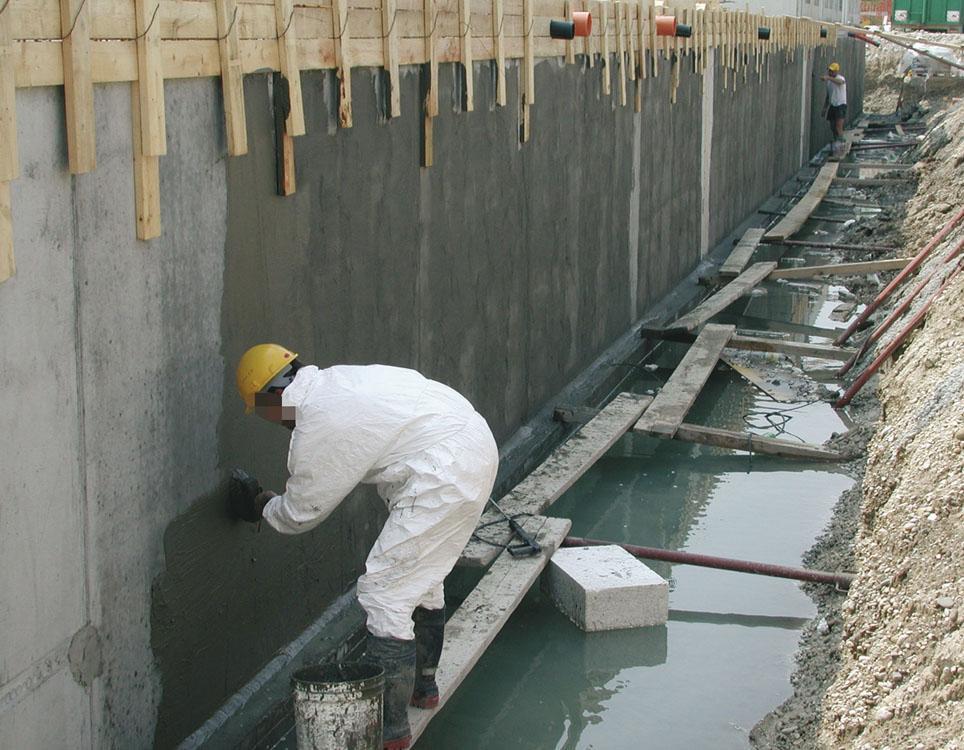 нанесение слоя гидроизоляции на бетон