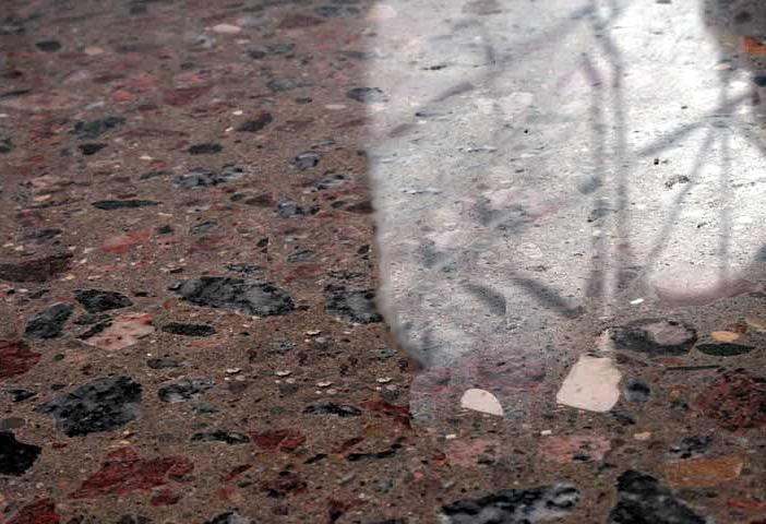 проступающая мраморная крошка из полированного бетона