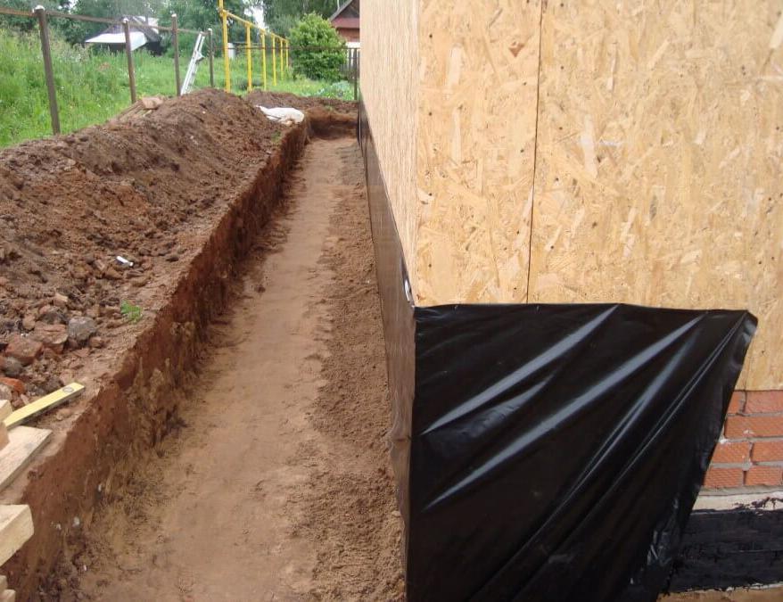 рытье траншеи для бетонной отмостки