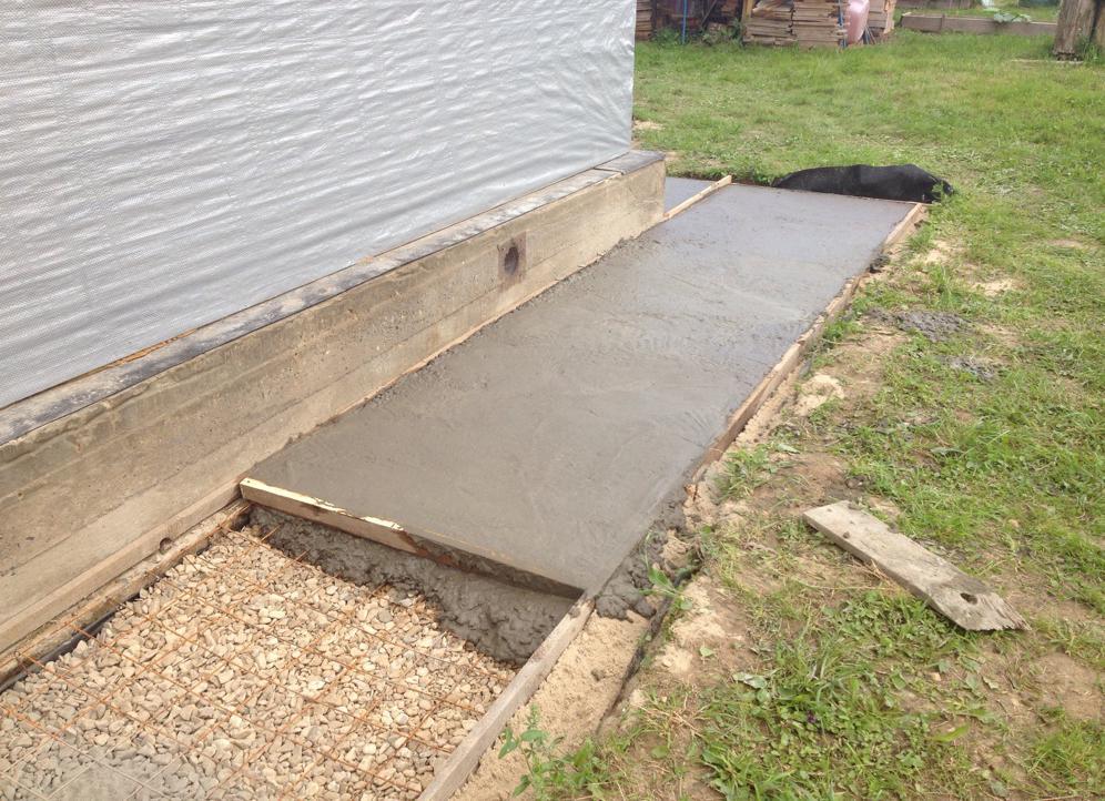 заливка бетоном отмостки вокруг дома