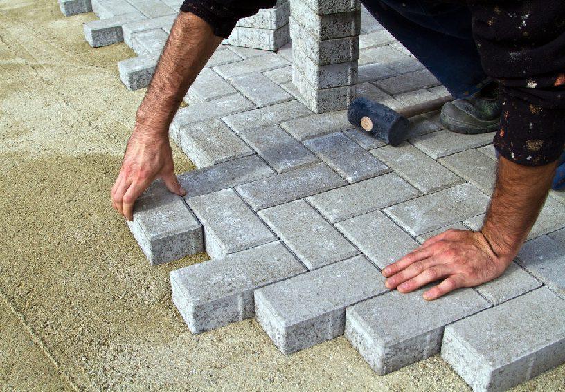 как мостить тротуарной плиткой дорожку на даче