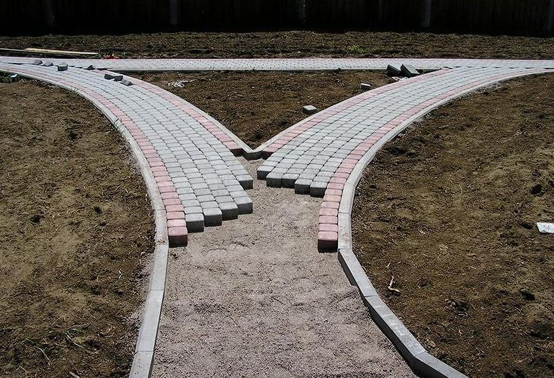 мощение бетонной плиткой садовой дорожки