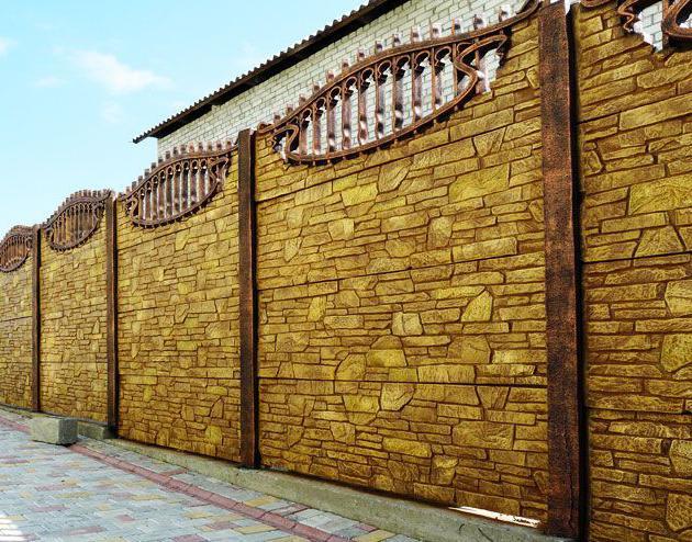 оригинально окрашенный бетонный забор