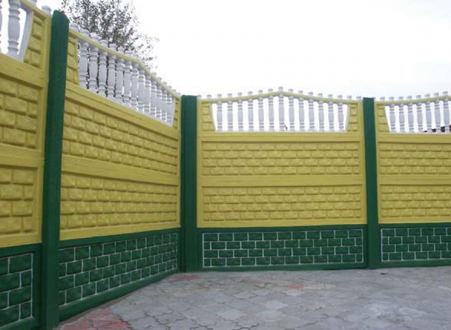 покрашенный бетонный забор