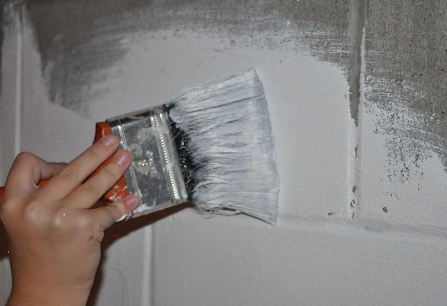 покраска кистью бетонного забора акриловой краской