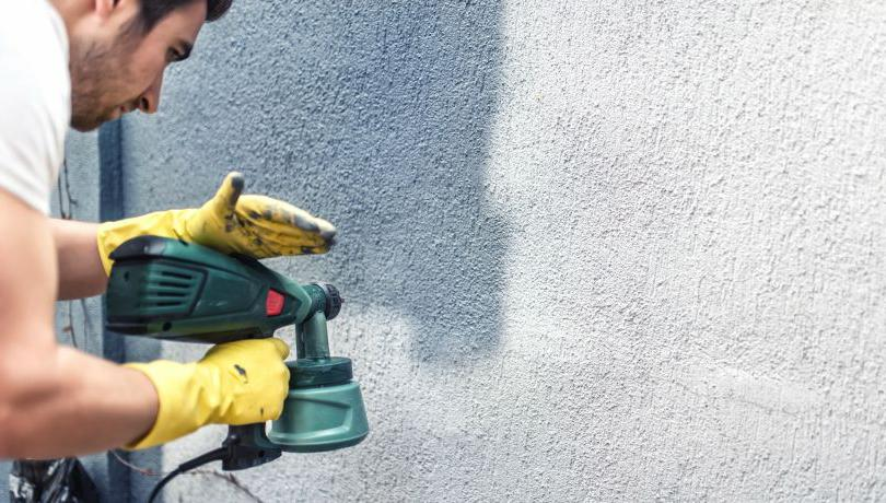 процесс окраски забора из бетона