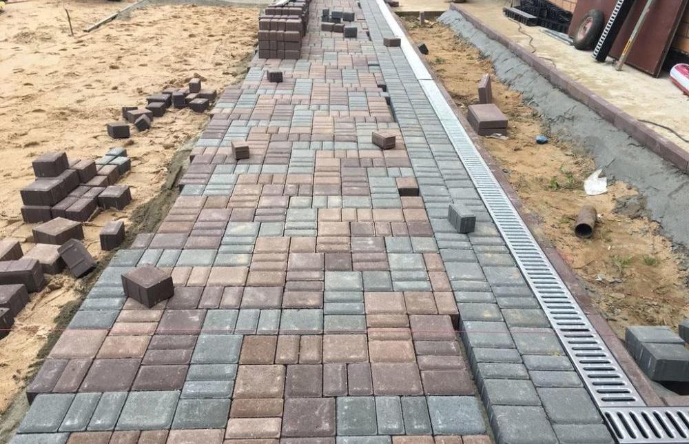 укладка тротуарной плитки с ливневкой