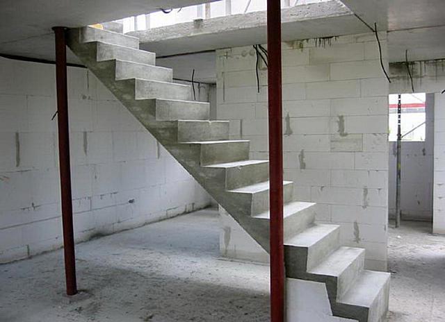 внутренняя бетонная лестница