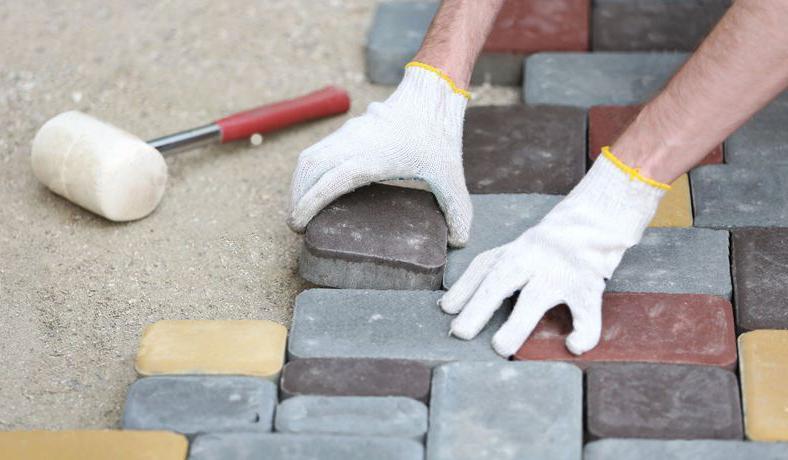 процесс укладки тротуарной плитки