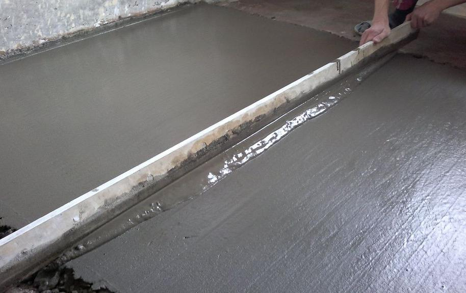 процесс заливки стяжки из цемента и песка