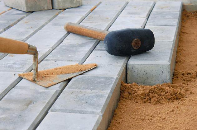 укладка тротуарной плитки на щебень и песок