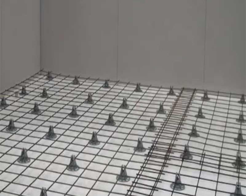 установка маяков для заливки цементно-песчаной стяжки