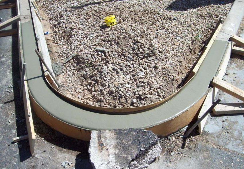 заливка монолитного бетонного бордюра для тротуарной плитки