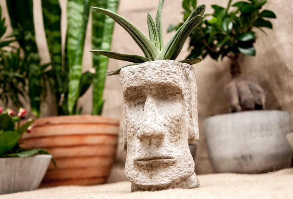 бетонный вазон в виде лица человека