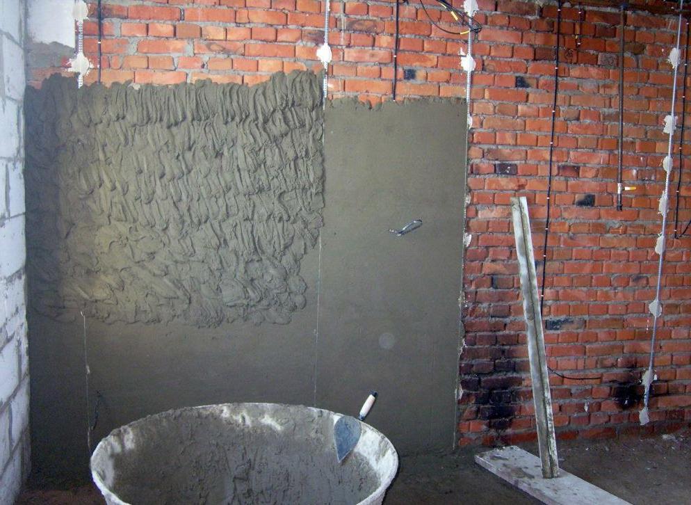 как штукатурить стены по маякам видео