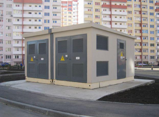 сочетание бетонного корпуса для подстанции с окружающей архитектурой