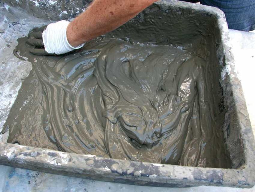 замешивание раствора для заливки вазона