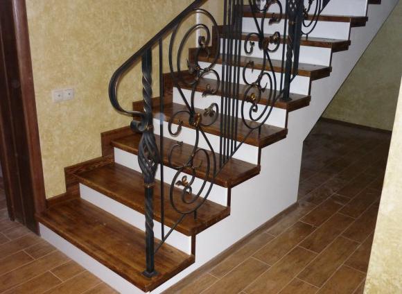 как выглядит деревянная лестница в дома
