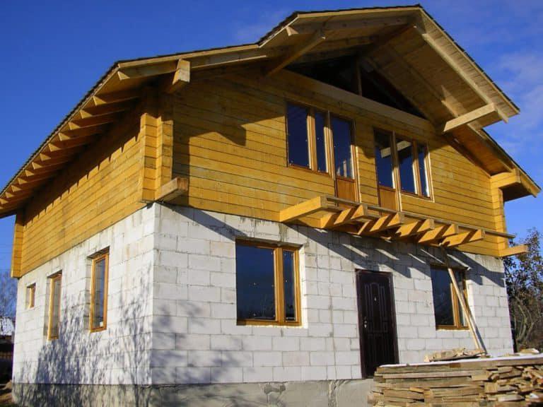 комбинированный дом из газобетона и дерева