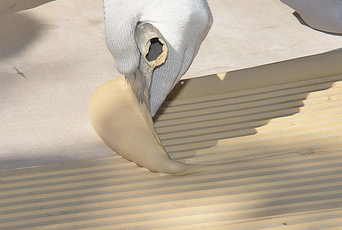 нанесение клея под паркет на бетон