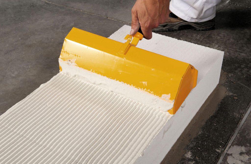 применение клея для бетона