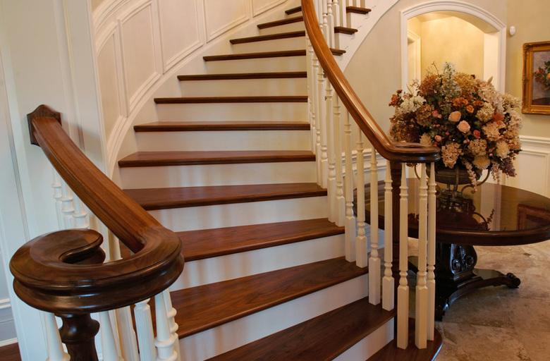 красивая отделка лестницы деревом