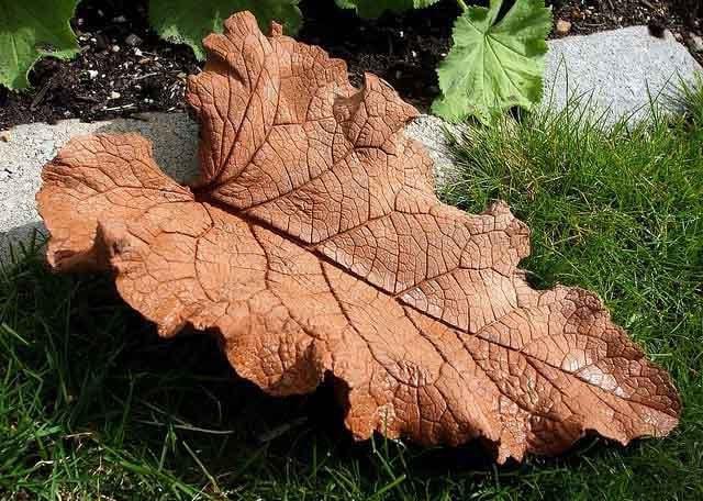 листья из бетонного раствора