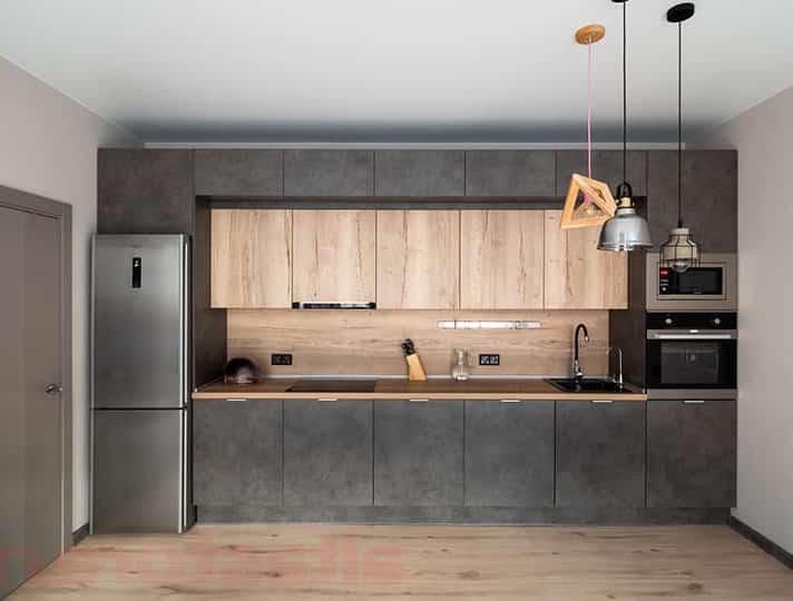 сочетание бетона с деревом в кухне