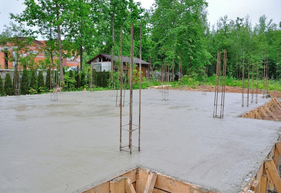 заливка фундамента в монолитном строительстве