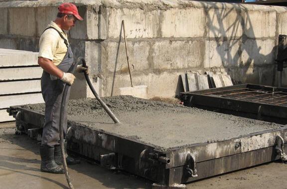 как и чем уплотнить бетонную смесь
