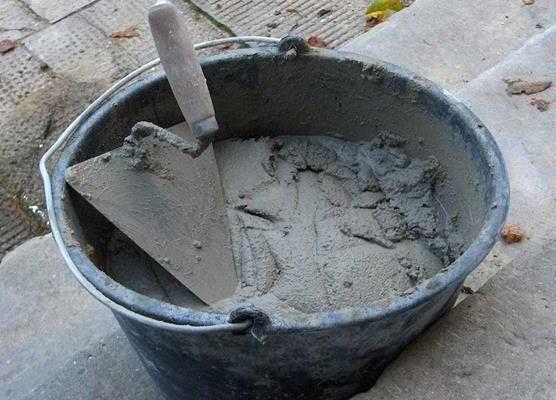 замешивание бетона для скульптуры