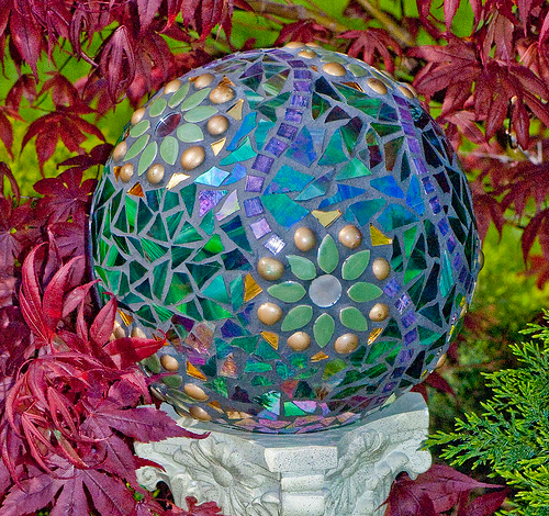декорирование бетонных шаров мозаикой