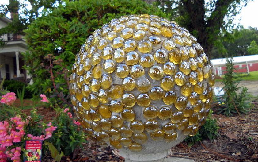 выкладка бетонного шара стеклянной мозаикой