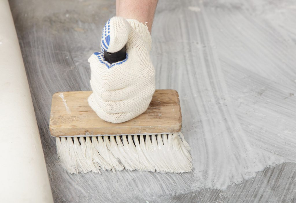 нанесение клея на бетон