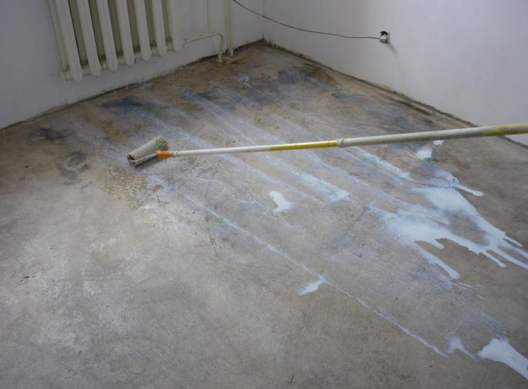 нанесение клея на бетон под фанеру