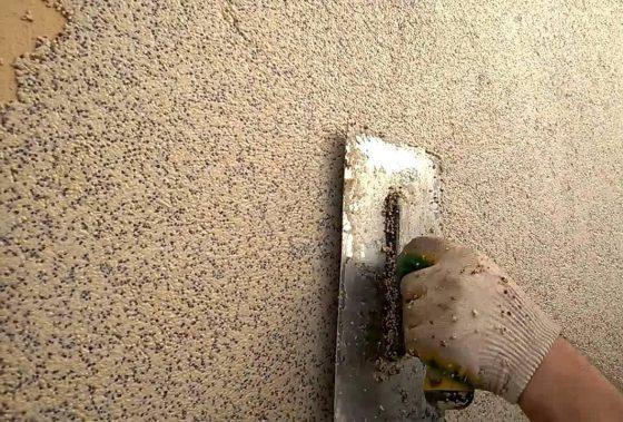Чем и как наносить камешковую штукатурку