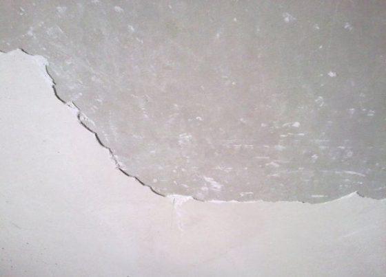Чем снять шпаклевку с потолка