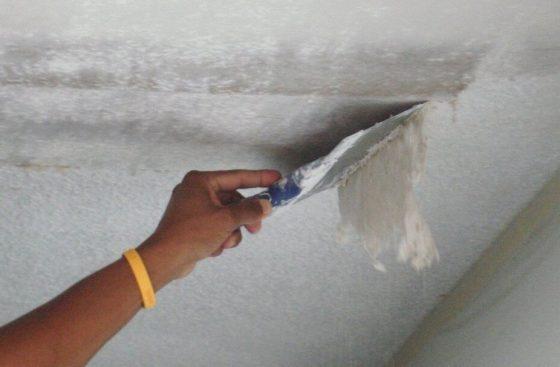 Как ободрать с потолка шпаклевку