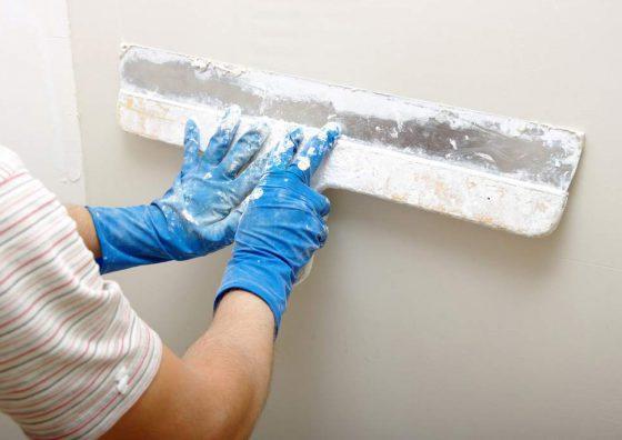 Процесс шпаклевки стен под обои