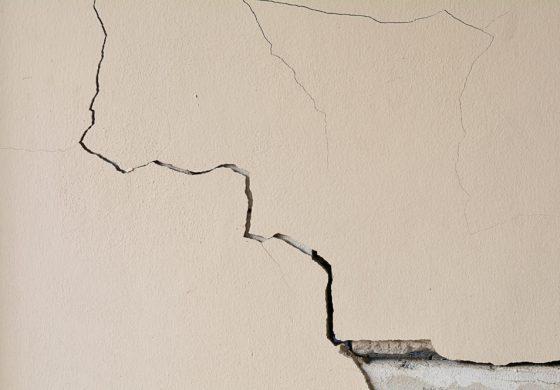 Мелкие трещины в штукатурке стен